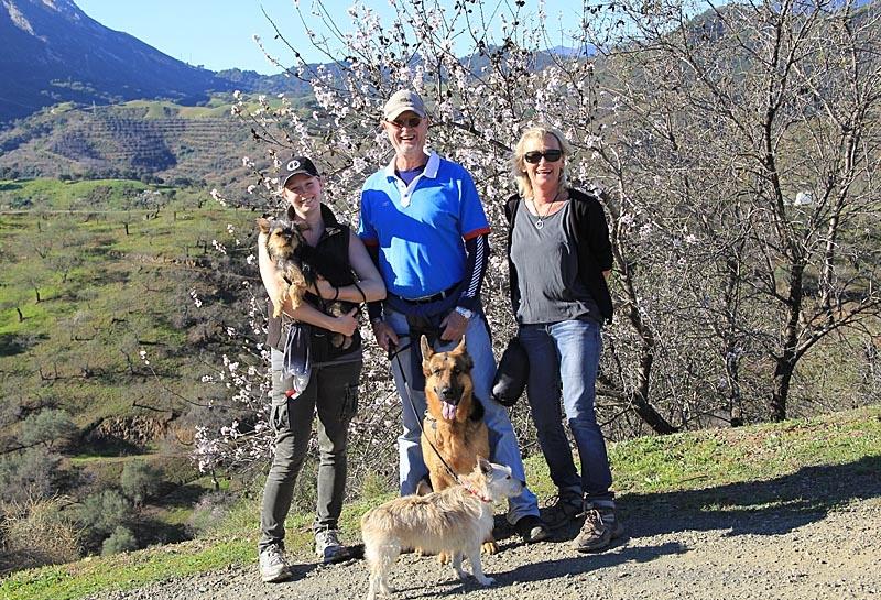 Amanda, Stefan och Inger Lindwall samt hundarna Lola, Coco och Hugo.