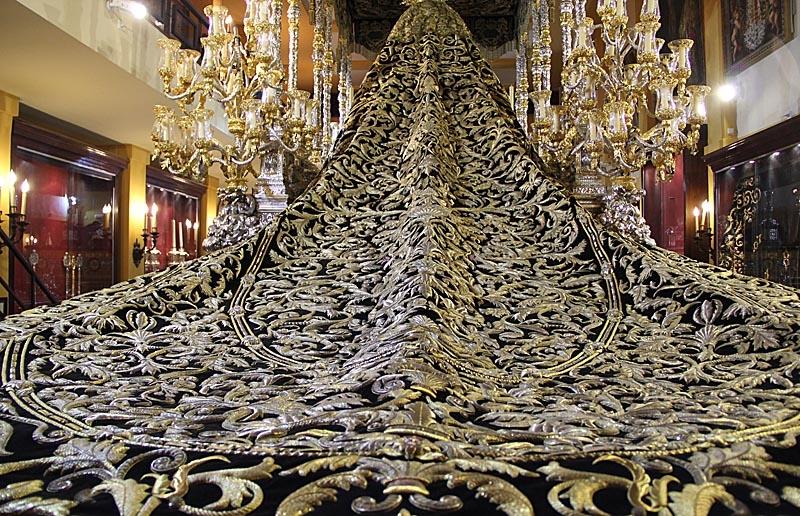 Det magnifika släpet som bärs av Vírgen de los Dolores.