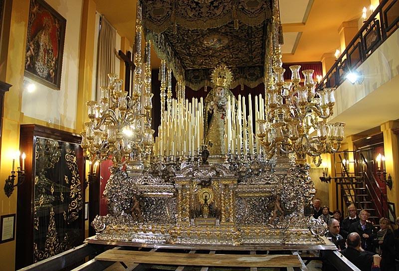 Detta är en av Spaniens största troner och väger totalt 5,3 ton.