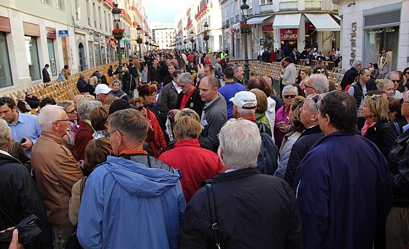 På huvudgatan Calle Larios upprättas läktare där man kan boka en sittplats, för att se processionerna.