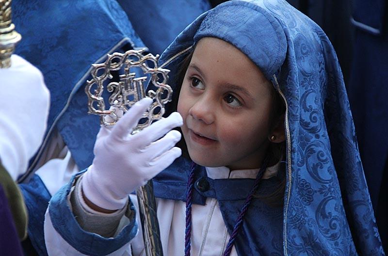 Vuxna som barn deltar i processionerna