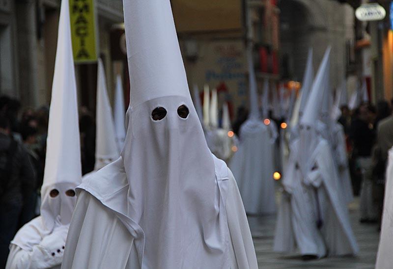 Oinsatta associerar lätt dräkterna till Ku Klux Klan, men dräkterna som bärs av nazarenos är mer än 300 år äldre.