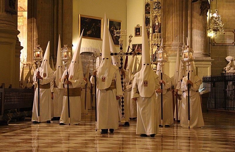 Nazarenos tågar in i Katedralen