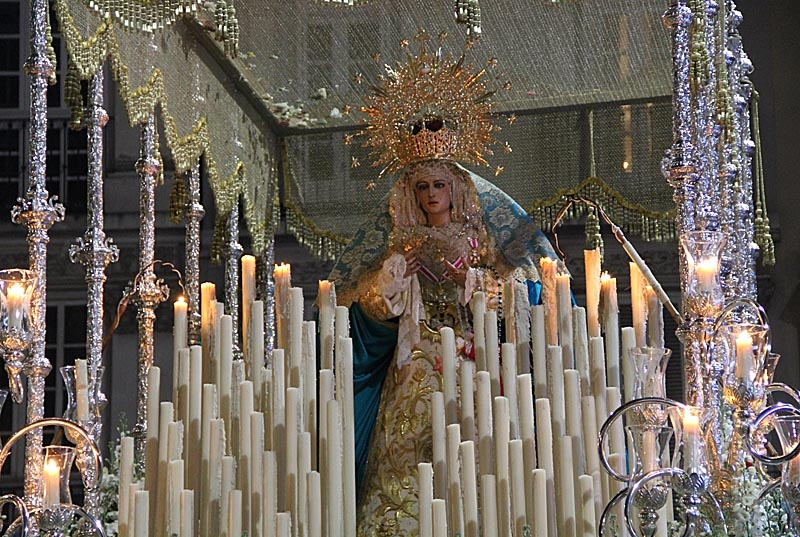 En kort stund på kvällen duggregnade det, men det stoppade varken processionerna eller hindrade ljusen från att brinna.
