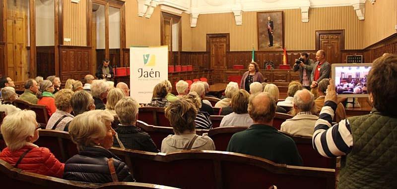 Mottagning på Diputación provincial de Jaén. Vice ordföranden Pilar Parra hälsar alla välkomna.