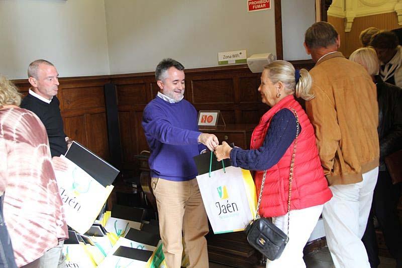 Mottagning på Diputación provincial de Jaén. Presentpåsar till deltagarna.