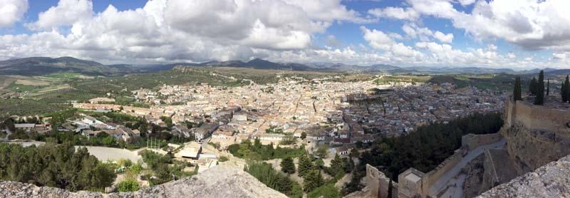 Alcála La Real ligger vid foten av Fortaleza de la Mota och utgör Jaénprovinsens sydligaste utpost.