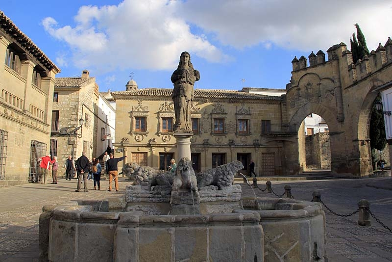 Rester av stadsmuren och lejonfontänen, med statyn av kartagoprinsessan Himilce.