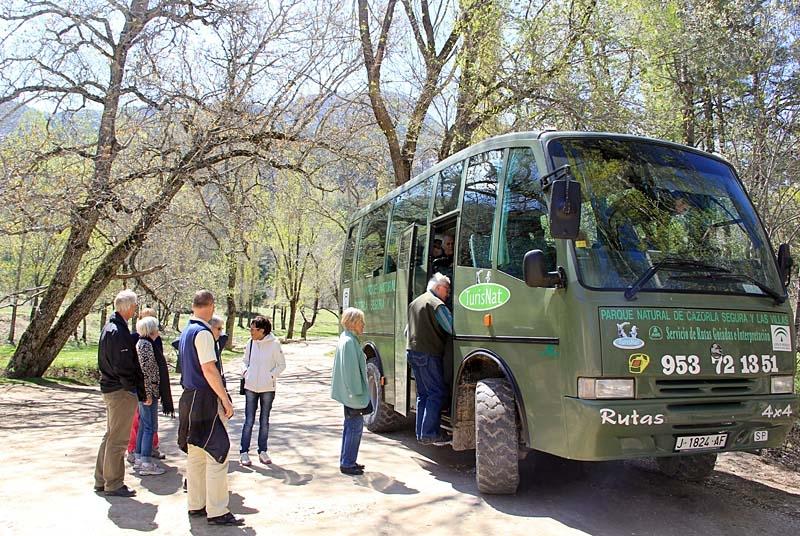 En terrängbil med två lokala guider tog gruppen genom både dalar och bergstoppar.