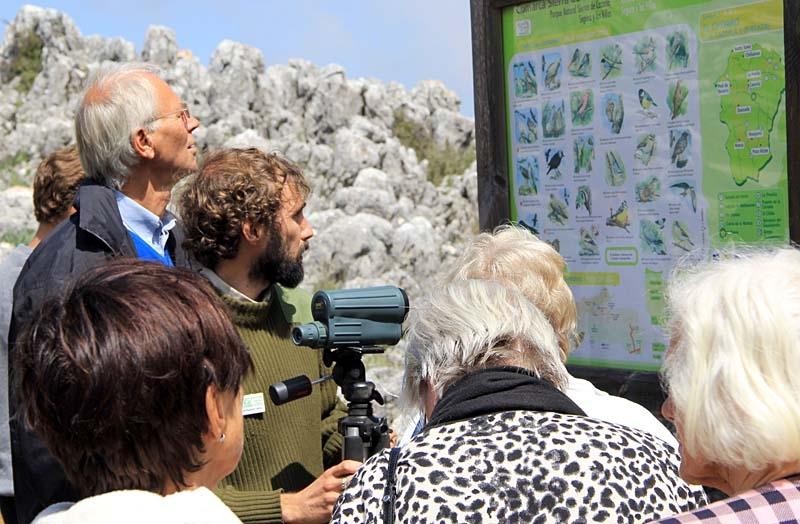 I naturparken kan man se en mängd vackra fåglar. Guiden Gabriel hade en genomgång.
