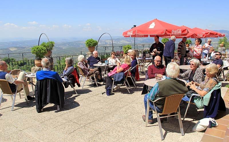 Efter bergslunchen blev det tid för avkoppling med kaffe och strålande utsikt.
