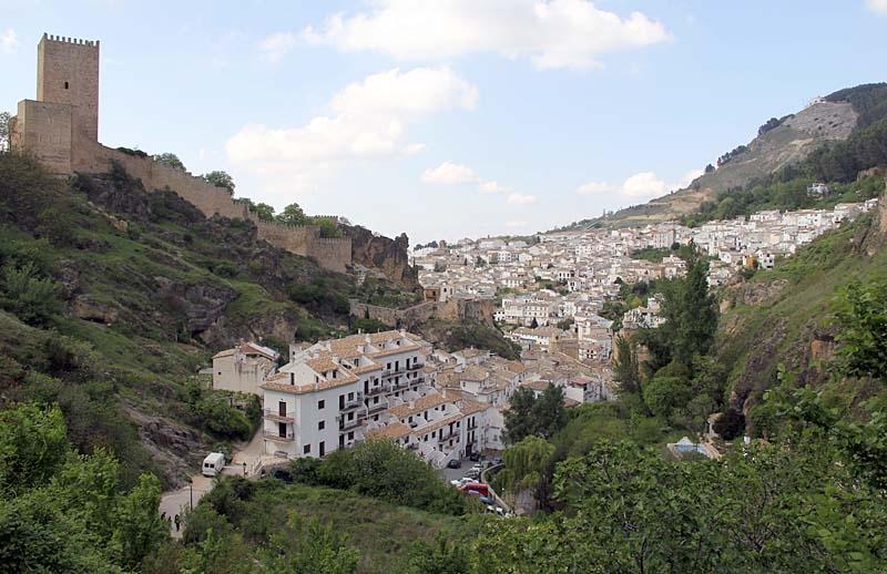 Byn Cazorla från söder, md slottet till vänster.