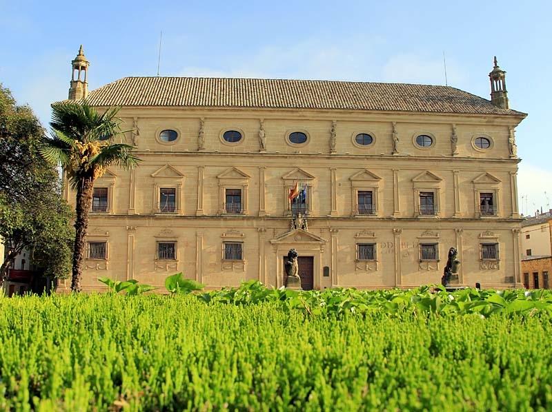 Rådhuset i Úbeda är känt för sin, för Spanien, unika renässansarkitektur.