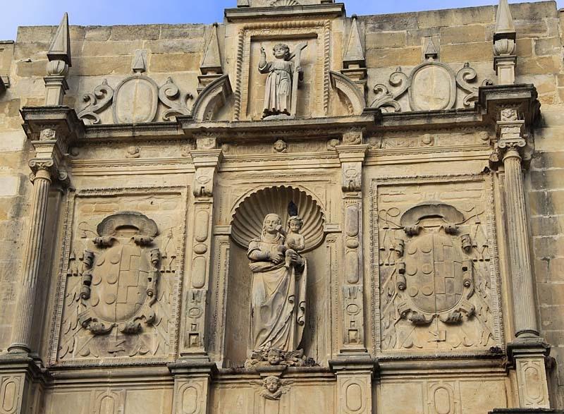 Detalj från fasaden i kyrkan.