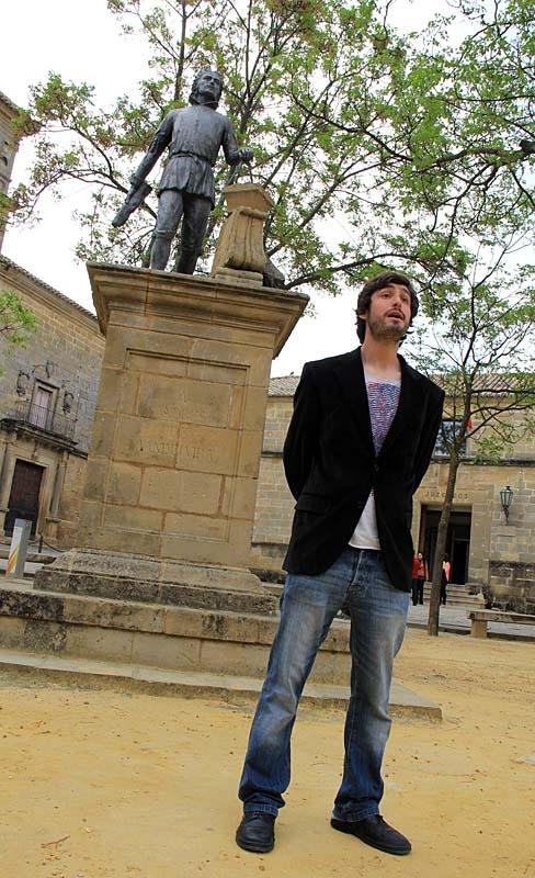 Guiden i Úbeda Jorge framför statyn över arkitekten Andrés de Vandelvira.