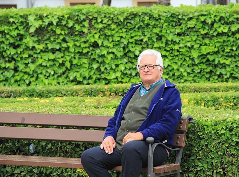 Torbjörn Eriksson kopplar av på en bänk i det historiska torget i Úbeda.
