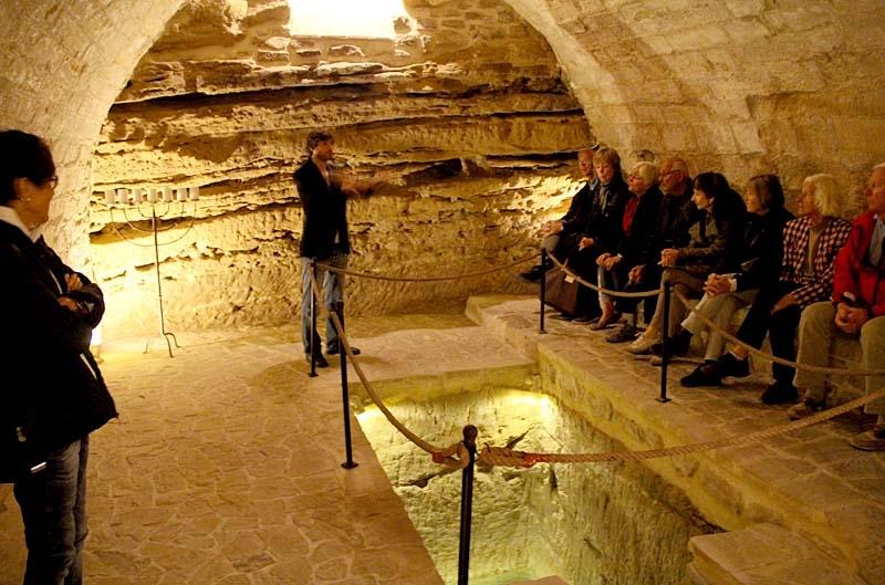 Jorge berättade om de spännande utgrävningarna i synagogan.