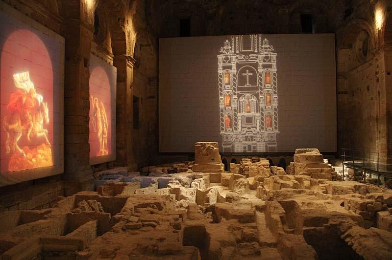 I kyrkan visades ett bildspel, bland gravarna som en gång låg under golvet.