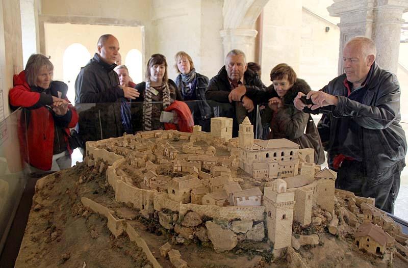 En miniatyr visar hur samhället i fästningen såg ut på medeltiden.