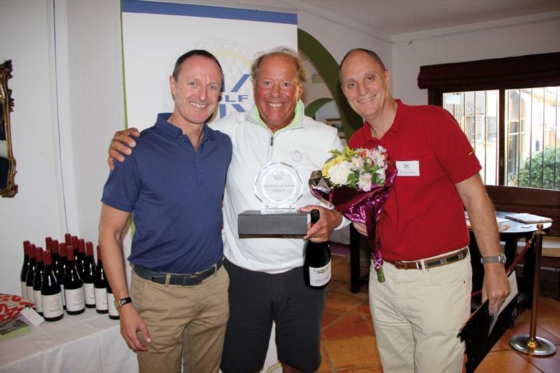 Bertil Josefsson vann herrarnas A-grupp, med 72 slag netto. Han gratulerades av Thomas Westh Olsen från VP Bank och Sydkustens Mats Björkman.