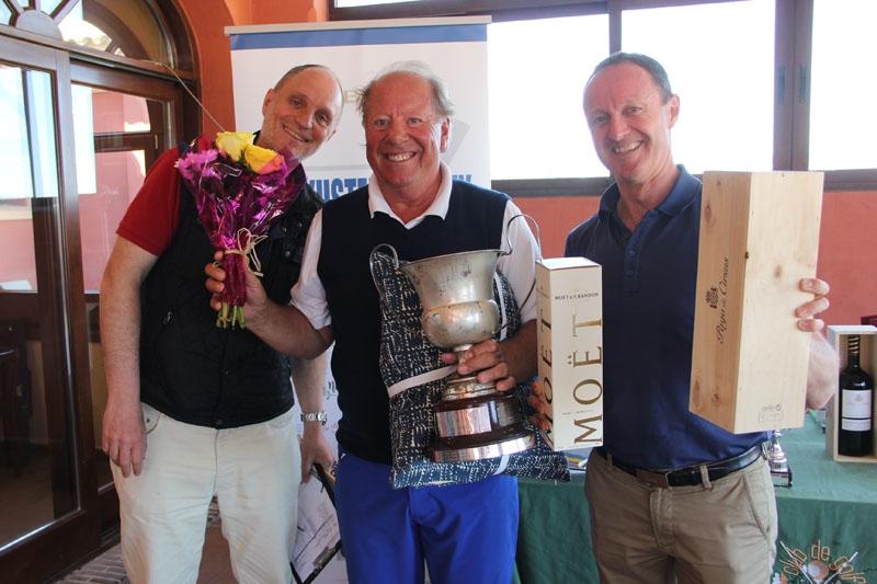 Bertil Josefsson har tidigare vunnit Sydkusten-tävlingar och nu får han även sitt namn ingraverat i Sydkusten Trophy´s vandringspokal. Han gratulerades av Sydkustens Mats Björkman och Thomas Westh Olsen, från huvudsponsorn VP Bank.