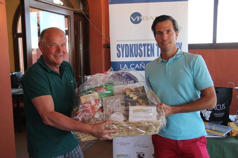 Lars Helmer Enger vann en fantastisk presentkorg som överräcktes av Peter Röstlund på svenskbutiken Miadel, för närmast flaggan på hål 11.