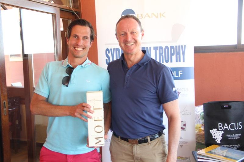 Peter Röstlund vann själv ett pris från VP Bank, för närmast flaggan på hål 4. Han fick en flaska champagne från Thomas Westh Olsen.