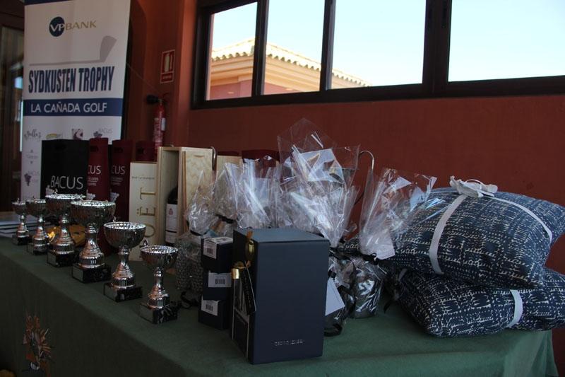 Prisbordet bestod av både pokaler, dekorationsföremål, viner, choklad, blommor och presentkort på restauranger.