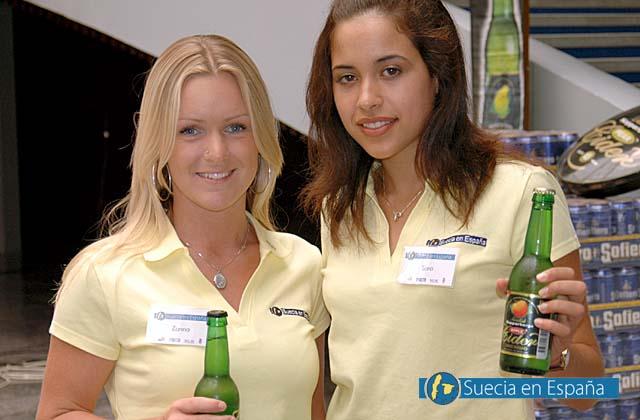 SV: De svenska värdinnorna Sara och Zanna med Kopparbergs cider.<br /><br />ESP: Las azafatas suecas Sara y Zanna con cidra de Kopparbergs.