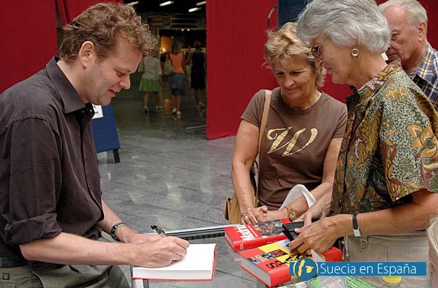 SV: Aftonbladets Tomas Gustafsson fick signera många böcker.<br /><br />ESP: El periodista Tomas Gustafsson firmó muchos ejemplares de sus libros.