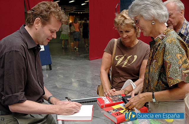 SV: Aftonbladets Tomas Gustafsson fick signera m&aring;nga b&ouml;cker.<br /><br />ESP: El periodista Tomas Gustafsson firm&oacute; muchos ejemplares de sus libros.