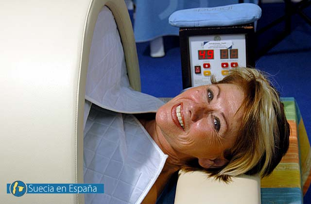 SV: Sofia Ocaña får en infraröd värmebehandling av Sunlight Saunas.<br /><br />ESP: Sofia Ocaña se somete a calor por infrarojos de Sunlight Saunas.
