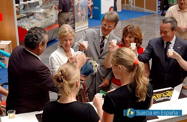 SV: Ambassad&ouml;r- och konsulsparet sk&aring;lar i cider med kongresspalatset, vid Kopparbergsmontern.<br /><br />ESP: Embajadores y c&oacute;nsules brindan con el Palacio de Congresos con sidra sueca de Kopparbergs.