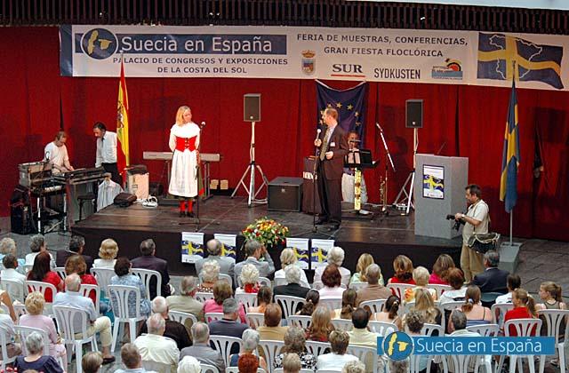 SV: Mässan avslutades med ett storslaget nationaldagsfirande.<br /><br />ESP: La feria culminó con una gran celebración folclórica del día nacional de Suecia.