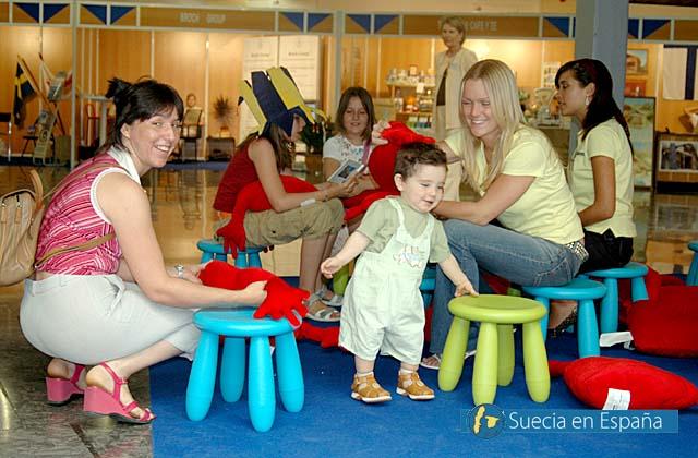 SV: Sagoläsningen i IKEA-hörnan var naturligtvis barnens favorit.<br /><br />ESP: El cuentacuentos en el rincón IKEA fue lógicamente el más popular entre los más jóvenes.