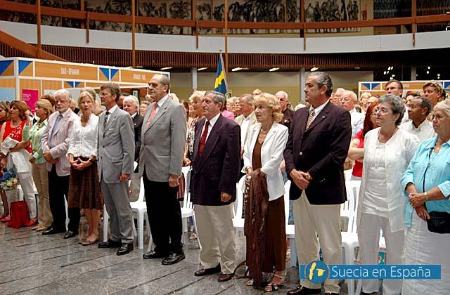 SV: Publiken ställer sig upp till kungssången.<br /><br />ESP: El público en pie ante el himno real sueco.