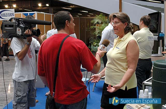 SV: Eva Gevius i en tv-intervju.<br /><br />ESP: Eva Gevius entrevistada por la televisión.