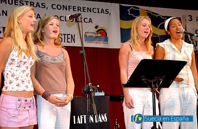 SV: Svenskar som spanjorer sv&auml;ngde i takt till Abba-s&aring;nger.<br /><br />ESP: Tanto suecos como espa&ntilde;oles disfrutaron de canciones de Abba.