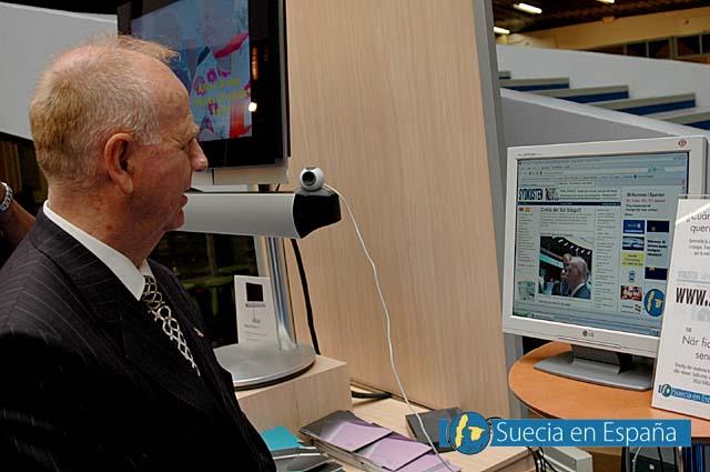 SV: Borgmästaren ser sig själv i direktsändning på Sydkustens hemsida.<br /><br />ESP: El alcalde se contempla a sí mismo en directo en la web de Sydkusten.