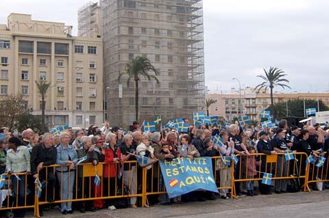 Förväntansfulla anhöriga till besättningen. svenskar och spanjorer väntade ivrigt vid kajen. Foto: Carin Osvaldsson