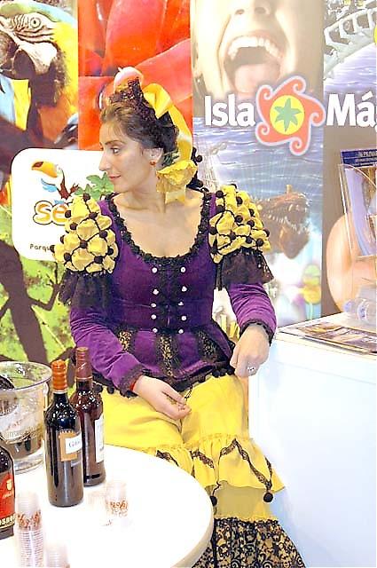 Många montrar marknadsför sig med folklore, vackra dräkter och damer.