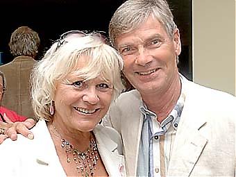 KÄNDA ANSIKTEN  Christina Scholin och Hans Wahlgren ville ej missa föreställningen i Almuñécar.