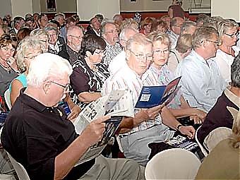 Publiken roade sig före showen med att läsa programbladet och senaste numret av Sydkusten.