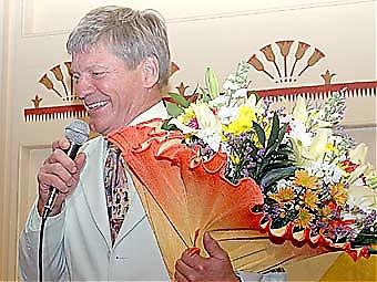 Parnevik avtackades med stor blombukett.