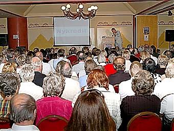 En närmast fullsatt konferenslokal på Hotel Las Pirámides.