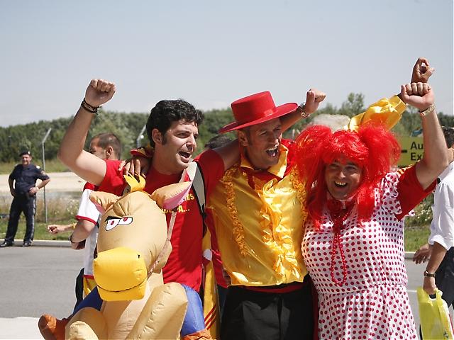 Färglada spanska supportrar.