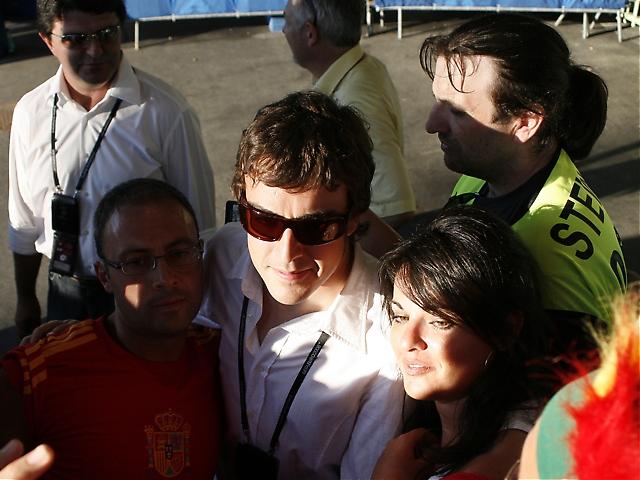 Tidigare F1-världsmästaren Fernando Alonso hejade febrilt på Spanien och lät sig fotograferas med fansen.