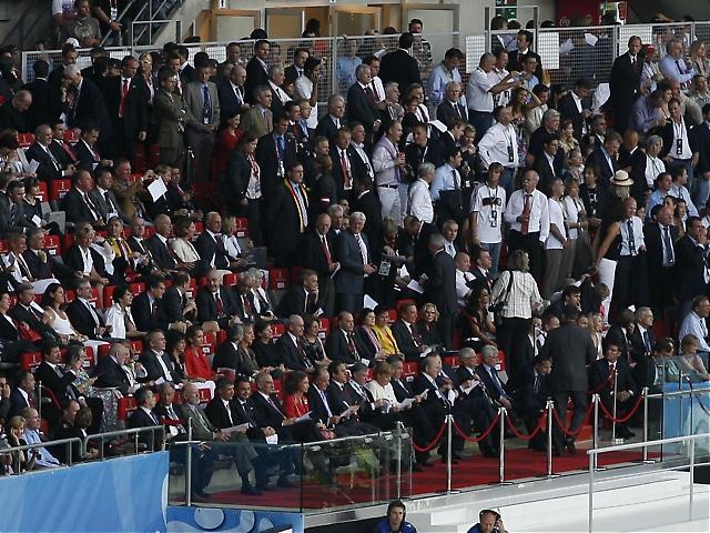 Hedersl&auml;ktaren kryllade av personligheter, som spanske regeringschefen Jos&eacute; Lu&iacute;s Rodr&iacute;guez Zapatero, spanska kugaparet, UEFA-basen Michel Platini och tyska f&ouml;rbundskanslern<br /><br /> Angela Merkel.