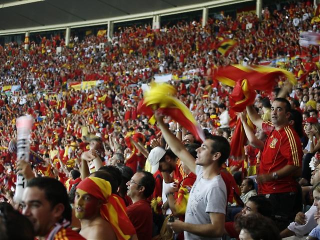 Spanien försvarade sin ledningen och stämningen steg bland de spanska supportrarna.