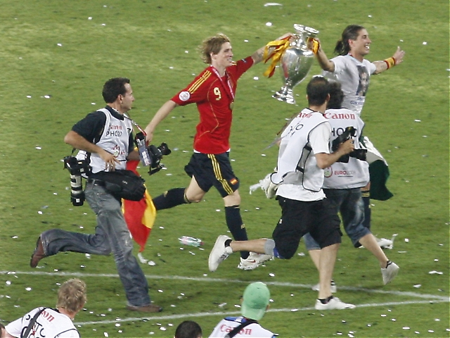 Torres och Ramos firar med pokalen.